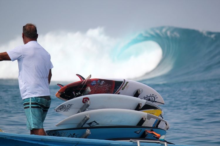 No Kandui: people in the boats cheer every surfer that makes it out the barrel | Photo: Gustavo Rojas