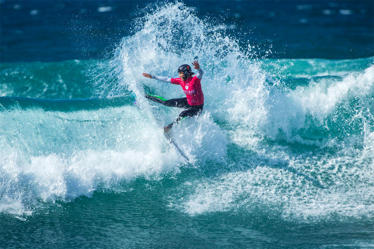 Surf helmets: protect your head from lacerations, perforated eardrums and scalp cuts | Photo: WSL